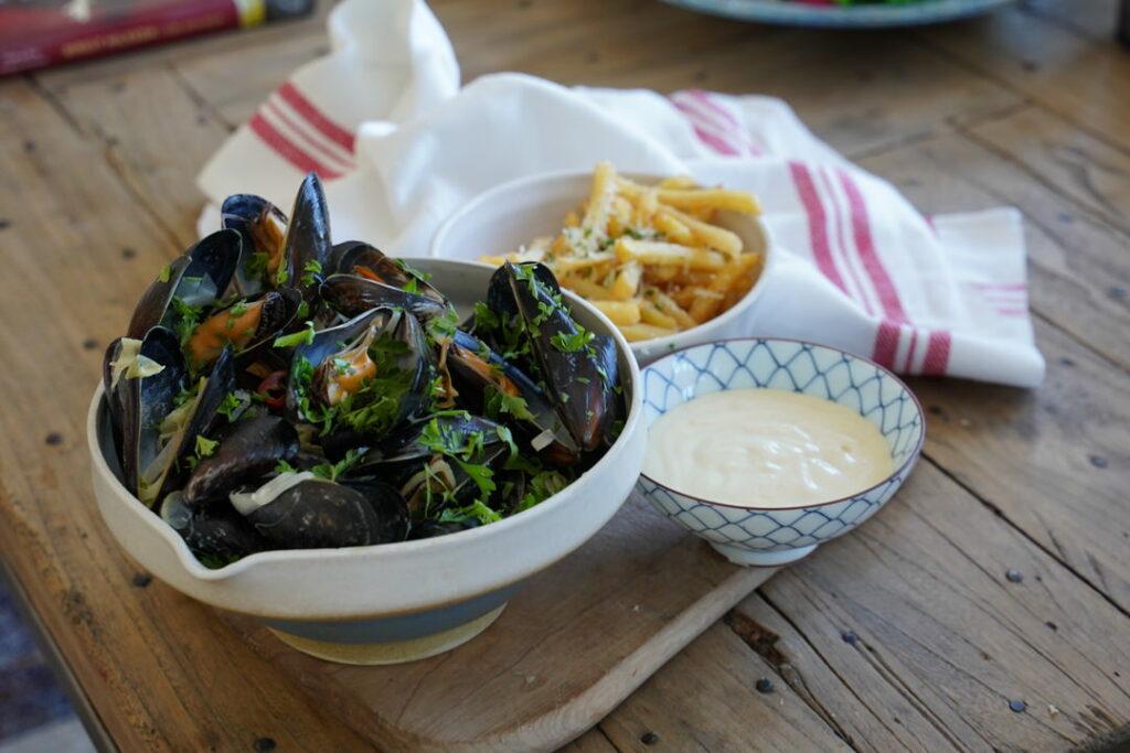 Musslor med vitlöksmajonnäs och pommes frites