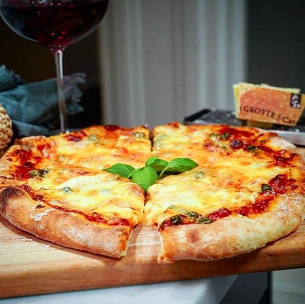 Pizza Quattro Formaggi med buffelmozzarella, racletteost, parmesan och mozzarella