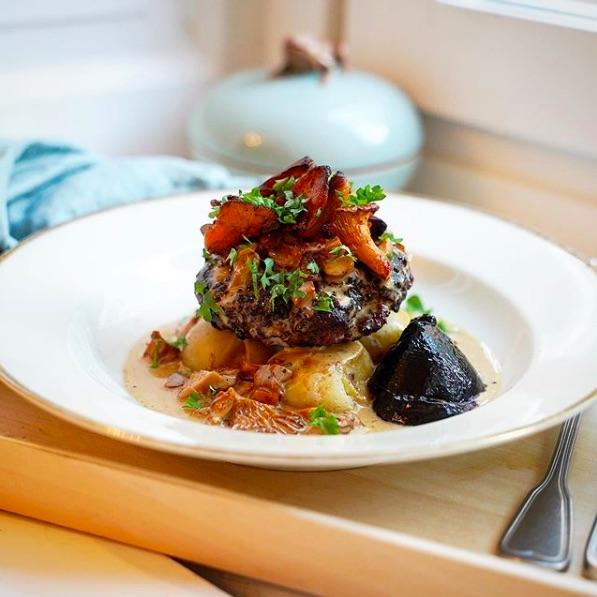 Salisbury steak med krossade potatisar, kantarellsås och rödvinbärsgele